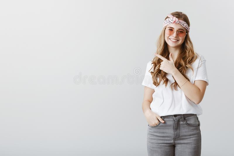 Föreslå dig för att stoppa vid hennes kontor Studion sköt av vänlig charmig blondin med huvudbindeln och stilfull solglasögon arkivbilder
