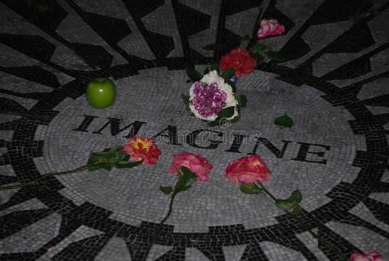 Föreställ mosaikhedersgåva till John Lennon i Central Park royaltyfria foton