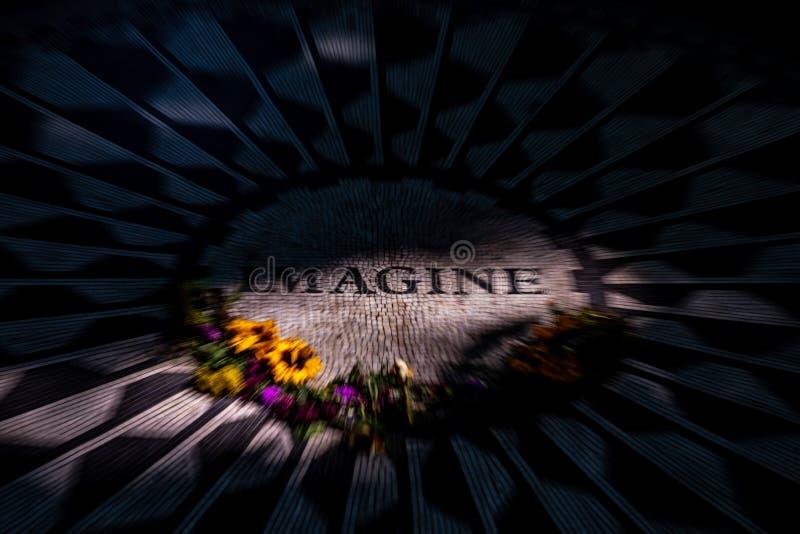 Föreställ tecknet på Strawberry Fields, Central Park arkivfoto