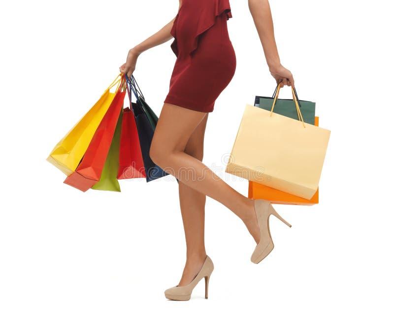 Lägger benen på ryggen Long med shopping hänger lös royaltyfria foton