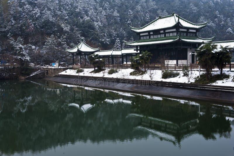 Vintern landskap med berglaken royaltyfri foto