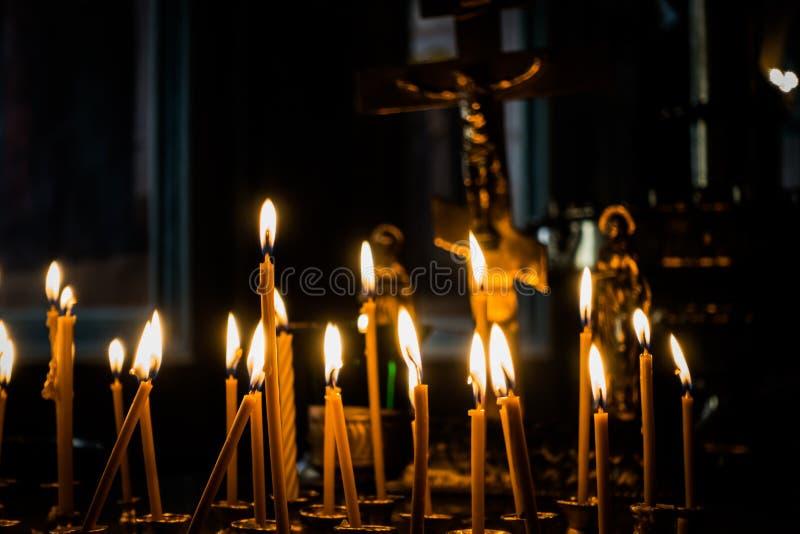 föreställer kyrklig enlightmenttro för candlelight Välsigna guden arkivbild