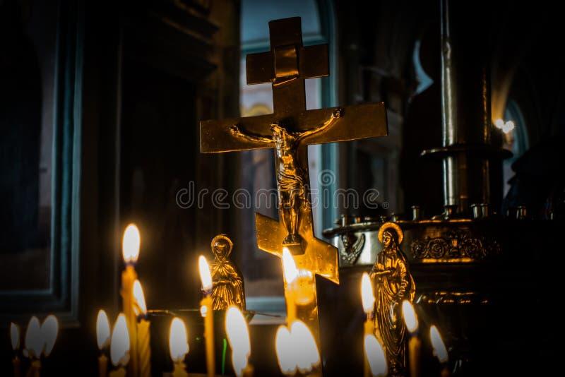 föreställer kyrklig enlightmenttro för candlelight Välsigna guden arkivfoton