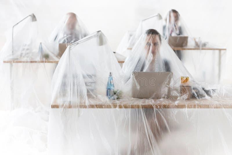 Företag som arbetar med plast som skydd mot Coronavirus royaltyfria bilder