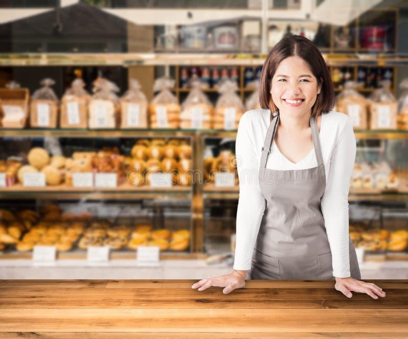 Företagsägaren med bagerit shoppar bakgrund royaltyfri fotografi