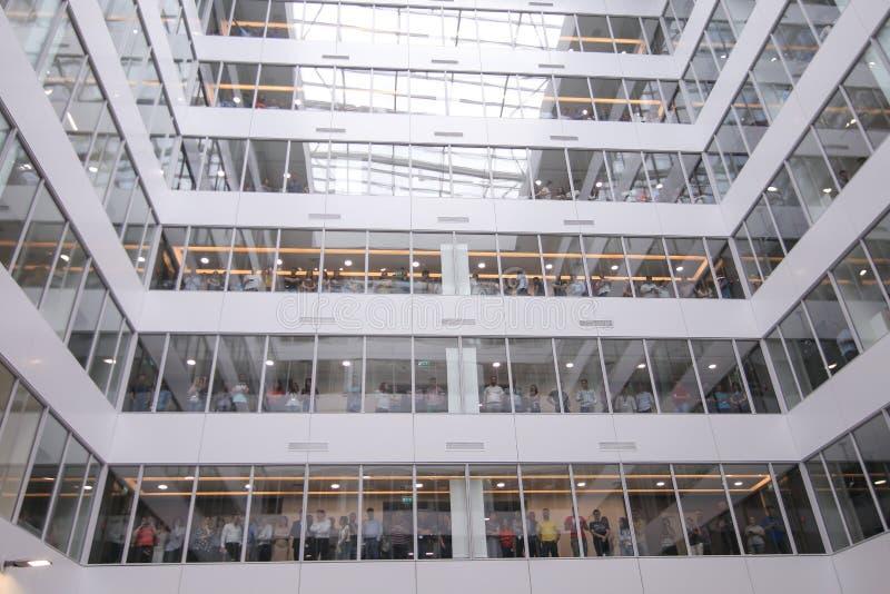 Företags arbetare i en kontorsbyggnad i Bucharest, Rumänien fotografering för bildbyråer