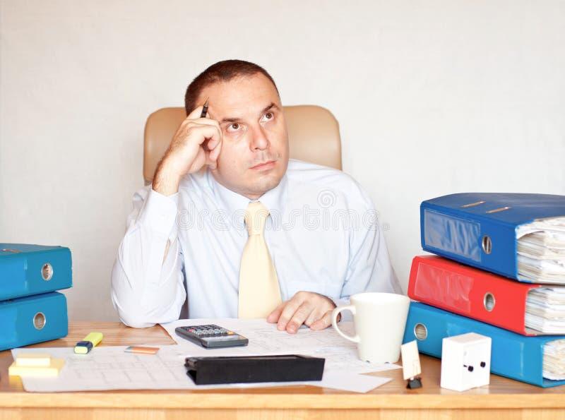 Företags chef som försöker att lösa ett problem arkivbilder