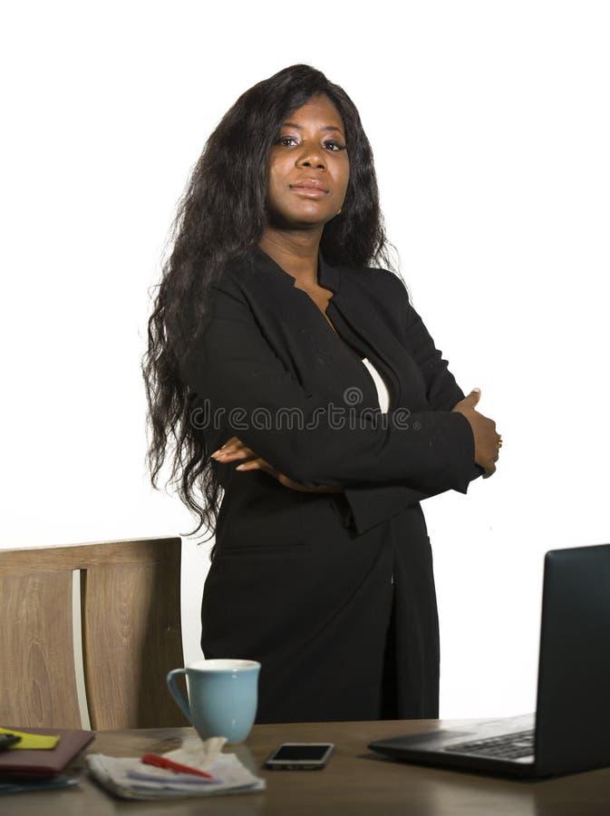 Företags företagsstående för kontor av det unga lyckliga och attraktiva svarta afrikansk amerikanaffärskvinnaanseendet på hennes  arkivbild