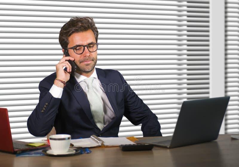 Företags företagsstående för livsstil av den unga lyckliga och upptagna affärsmannen som arbetar på det moderna kontoret som tala royaltyfria bilder