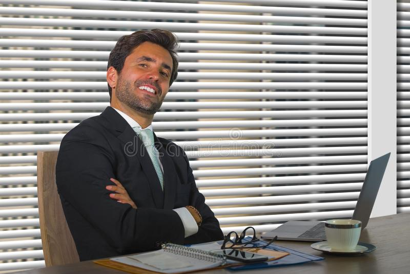 Företags företagsstående för livsstil av ungt lyckligt och lyckat arbeta för affärsman som är avkopplat på det moderna kontoret s royaltyfria foton