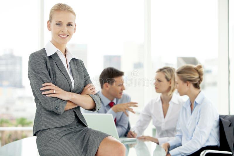 Företags folk på möte - stående för kvinna för affärsledare royaltyfri fotografi