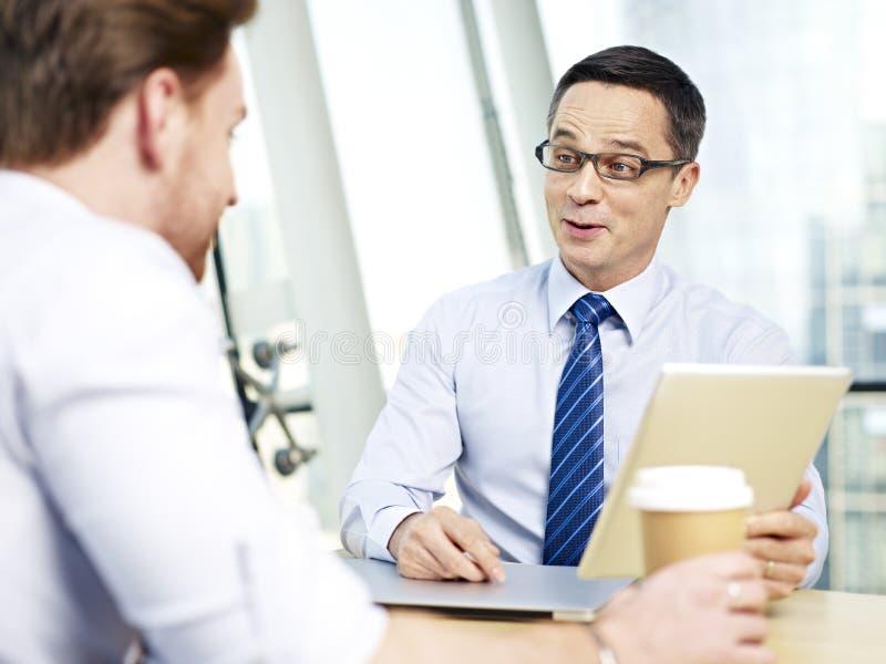 Företags folk som har en intressant konversation arkivbild