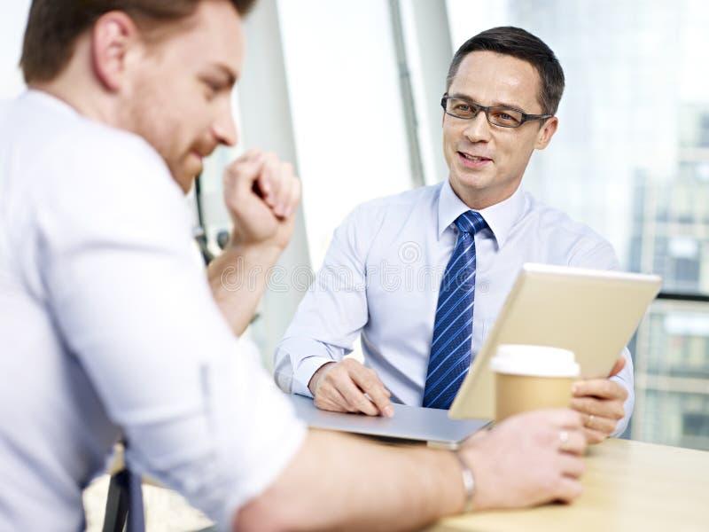 Företags folk som i regeringsställning diskuterar affär arkivbild