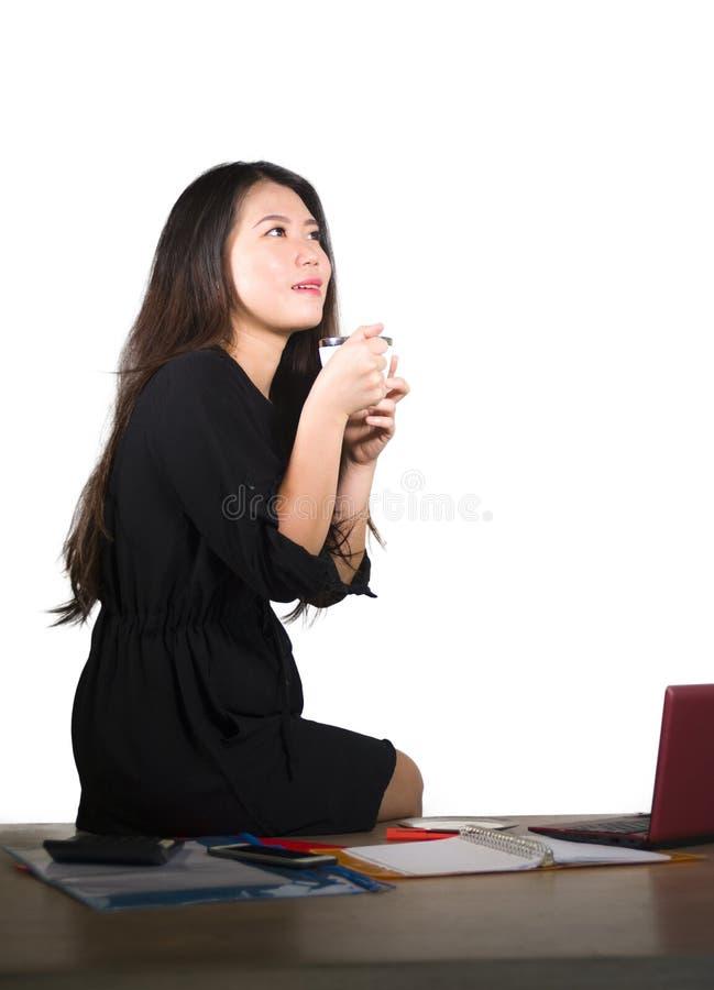 Företags isolerad stående för företag av den unga härliga och lyckade asiatiska kinesiska affärskvinnan som tänker och ler gladly arkivfoto