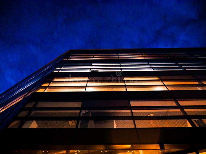 Företags kontorsbyggnad på natten fotografering för bildbyråer