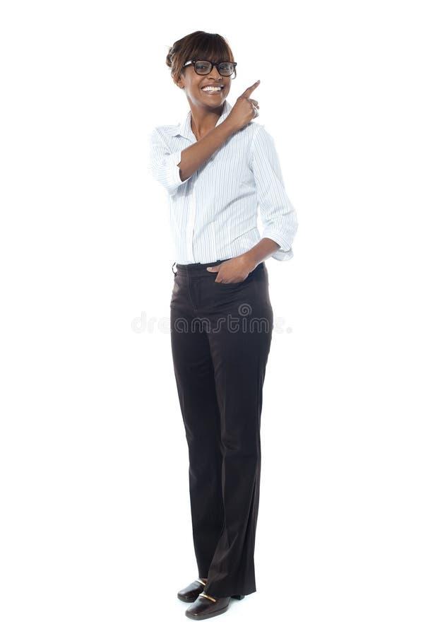 Företags le kvinna som bort pekar royaltyfri foto