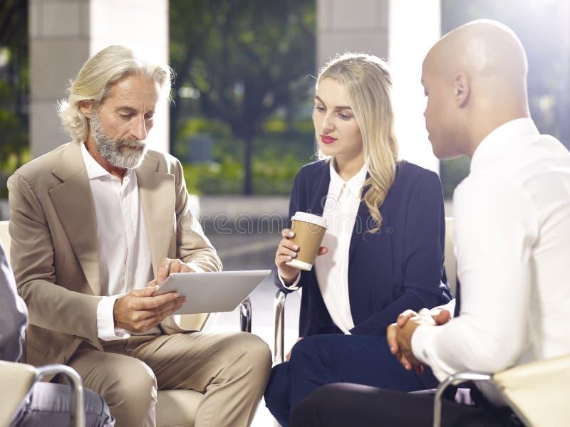 Företags ledare som möter diskutera affär i modernt byggande arkivbild