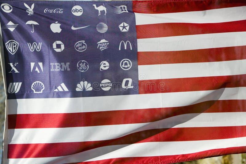 Företags logoer i stället för stjärnor på americanen arkivbilder