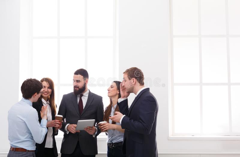 Företags möte av anställda i regeringsställning under kaffeavbrottet, affärsfolk med kopieringsutrymme arkivfoton