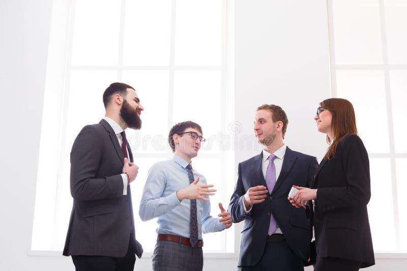 Företags möte av lyckade chefer i regeringsställning, affärsfolk med kopieringsutrymme royaltyfri fotografi