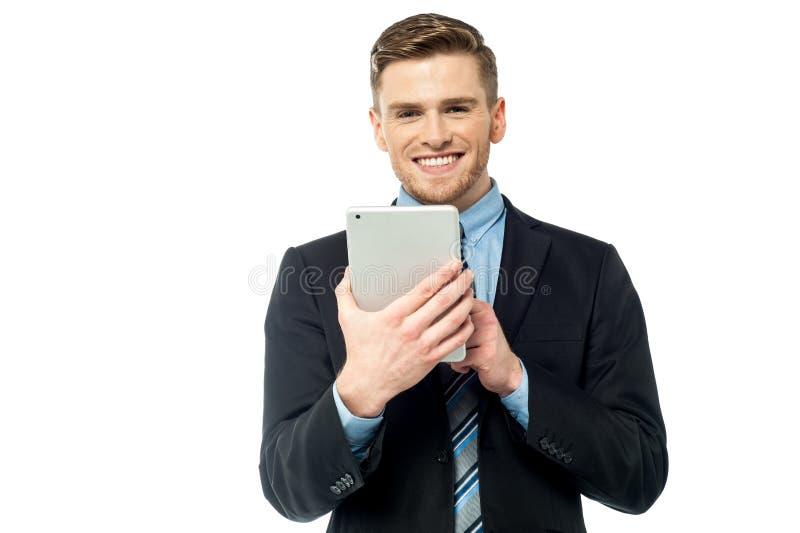 Företags manlig fungerande minnestavlaPC royaltyfri bild