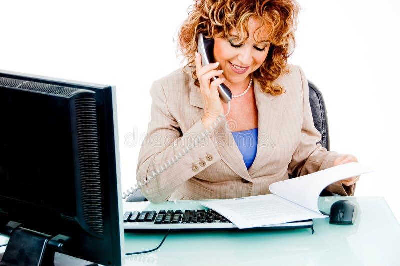 företags mapp som ser kvinnaarbete royaltyfri bild