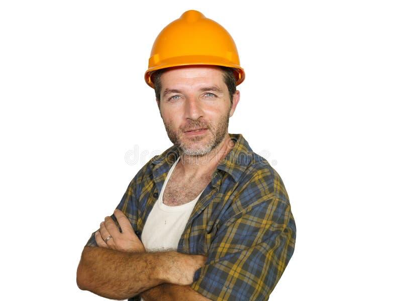 Företags stående av den stiliga byggnadsarbetaren - och den säkra byggmästaremannen i säkerhetshjälm som ler lyckligt posera som  royaltyfria bilder