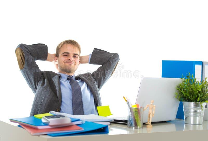 Företags stående av den unga attraktiva affärsmannen som är lutande tillbaka på hans kopplade av stol och att le som är lyckligt arkivbilder