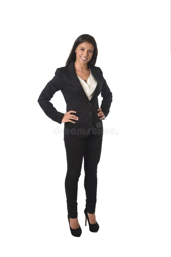 Företags stående av ungt attraktivt latinskt le för dräkt för affärskvinna som i regeringsställning är lyckligt royaltyfri bild