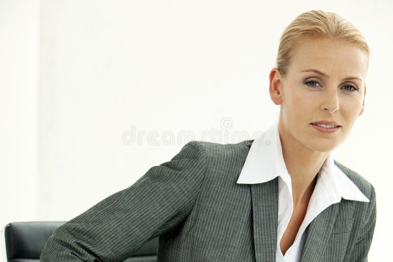 Företags utövande kvinna - attraktiv affärskvinna - stående i regeringsställning royaltyfri foto