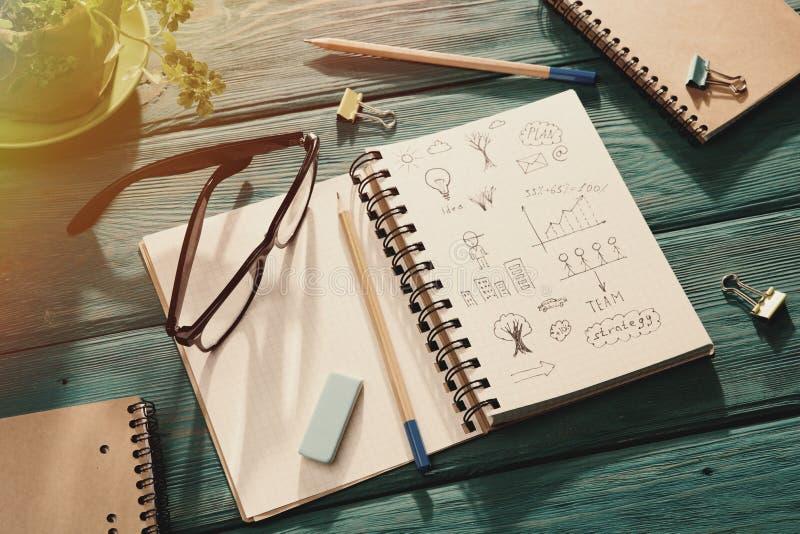 företagskoncept - bärbar med skiss på skrivbordet arkivfoton