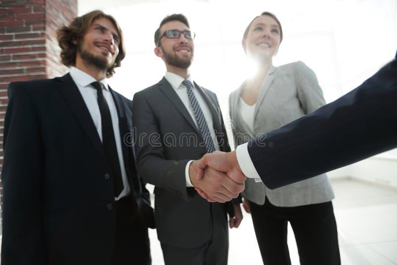 Företagsledare som skakar händer med aktieägaren arkivfoto