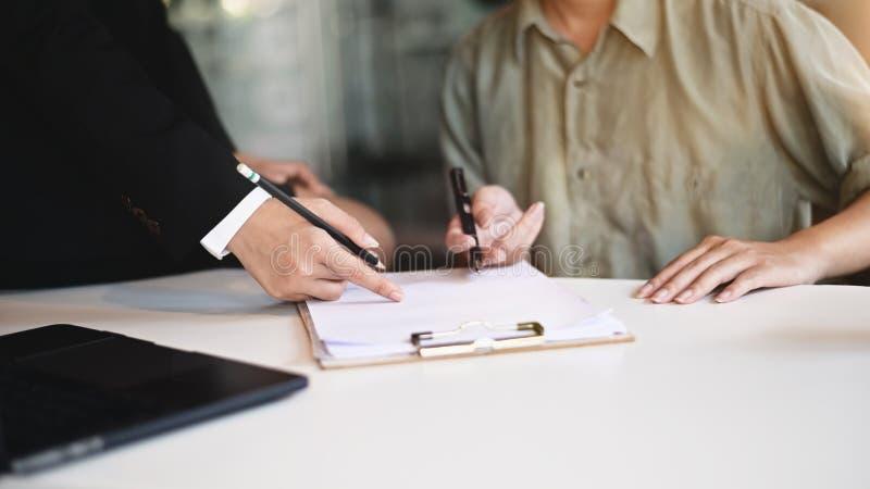 Företagsråd : Råd till affärskvinna som träffar nybörjare på skrivbordet royaltyfri bild
