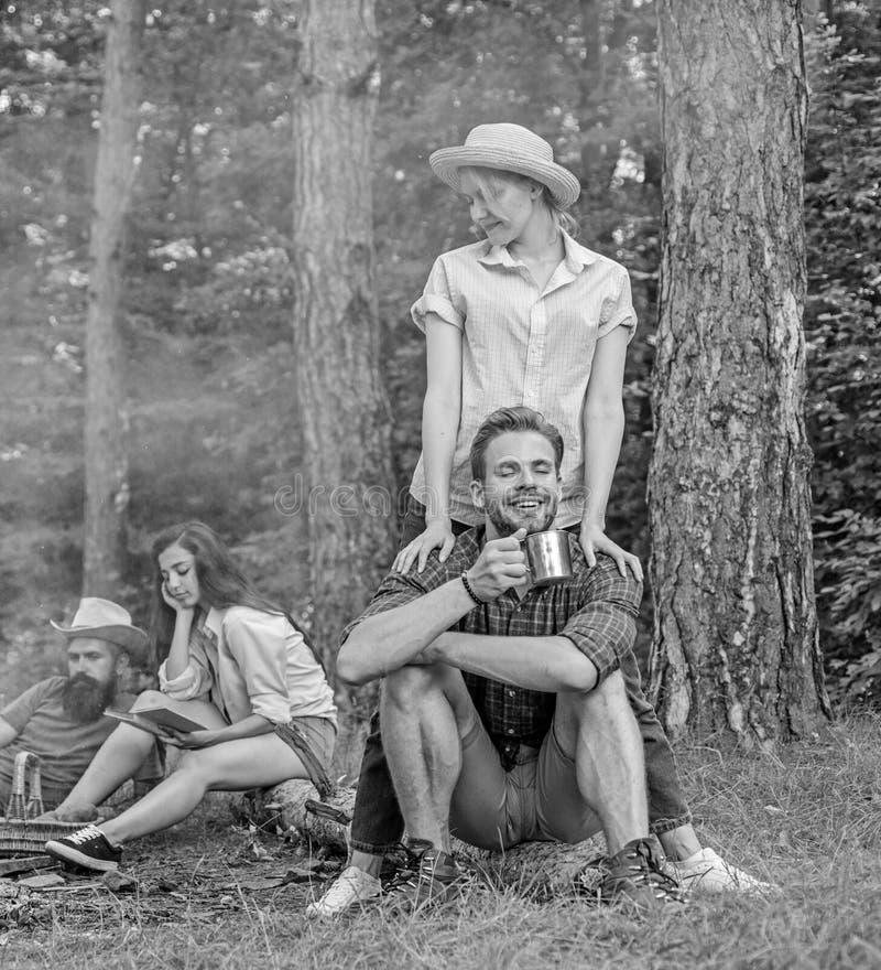 Företagsvänpar eller familjer tycker om att koppla av tillsammans skogfyndföljet för att resa och fotvandra Enormt fotvandra royaltyfria bilder