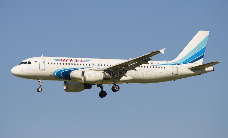 FöretagsYamal för flygbuss A320-214 (VP-BHZ) flygbolag, innan att landa i den Pulkovo flygplatsen royaltyfri bild