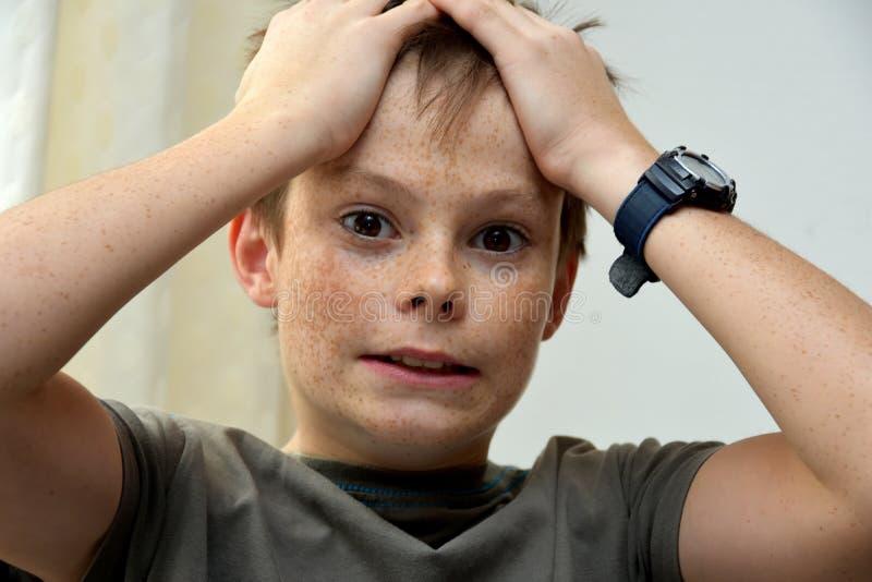 Förfärad tonåringpojke fotografering för bildbyråer