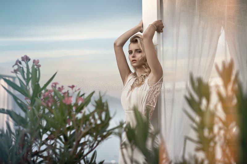 Förförisk blond dam som kopplar av i vändkretsarna royaltyfri fotografi