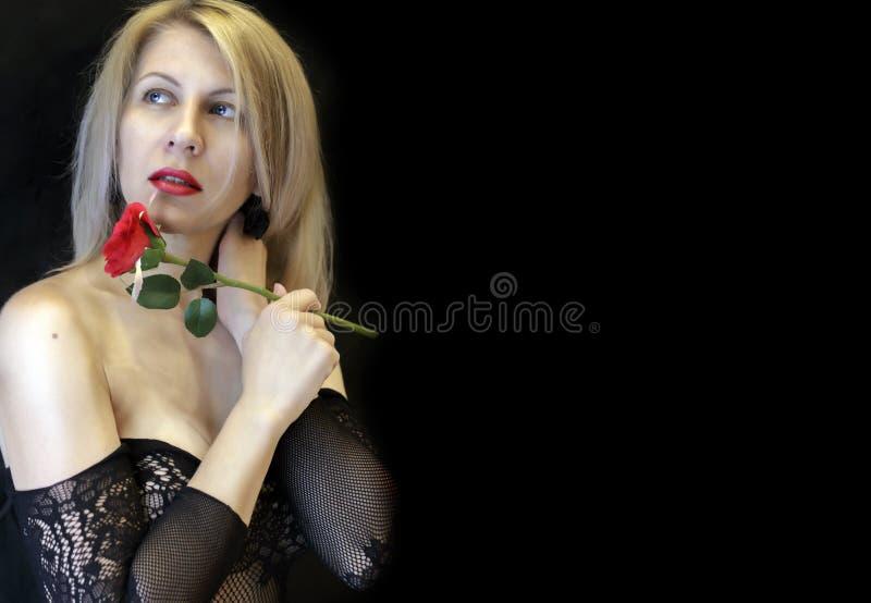 Förförisk blond kvinna i erotisk damunderkläderingreppscloseup royaltyfri foto