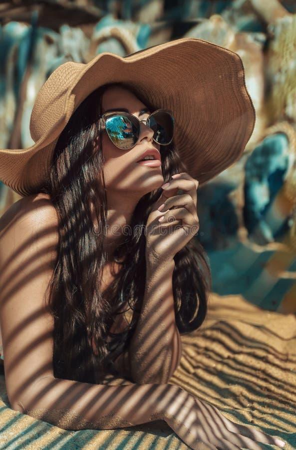 Förförisk dam som kopplar av i ett tropiskt paradis arkivbilder