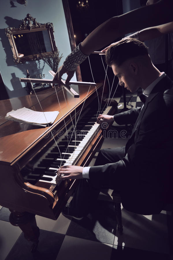 förförisk kvinna för piano royaltyfri foto