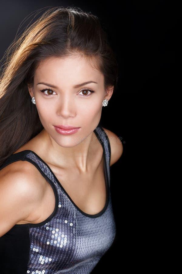 Förförisk skönhetkvinnastående - som är säker och fotografering för bildbyråer