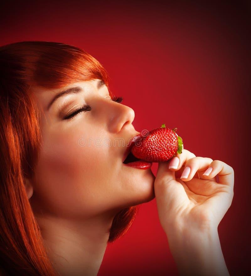 Förföriskt kvinnligt med jordgubben royaltyfri fotografi