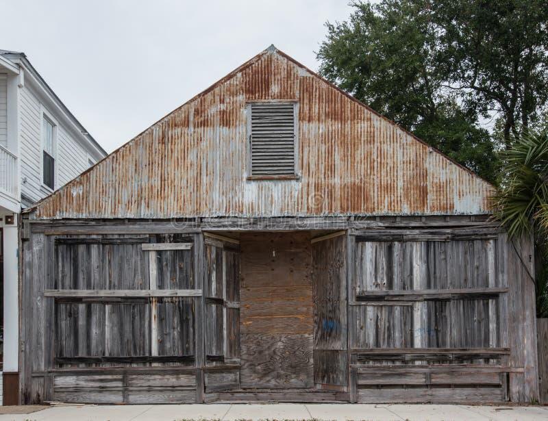 Förfallen byggnad för trä och för metall arkivfoton