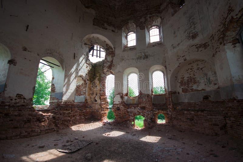 Förfallen kyrka arkivbilder