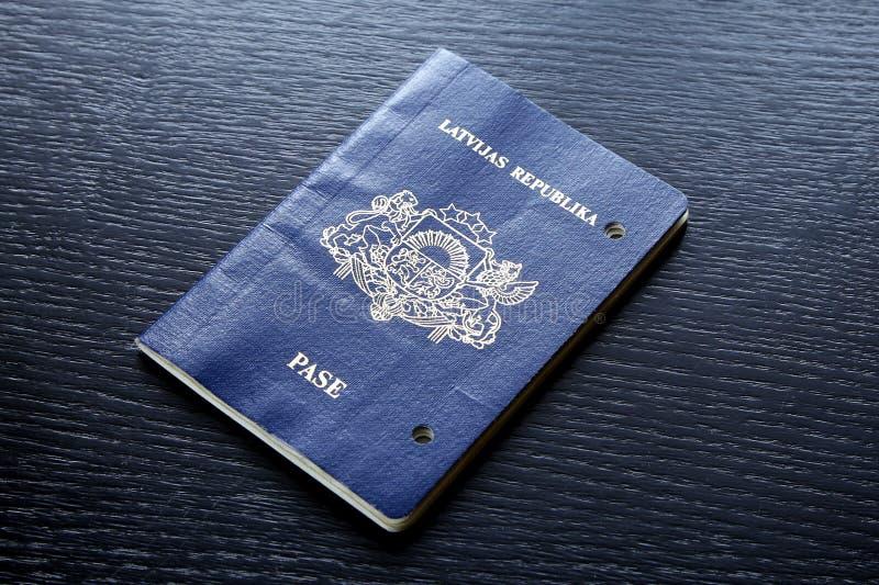 Förfallit ogiltigt pass som är skadat efter förfallodagdag royaltyfri bild