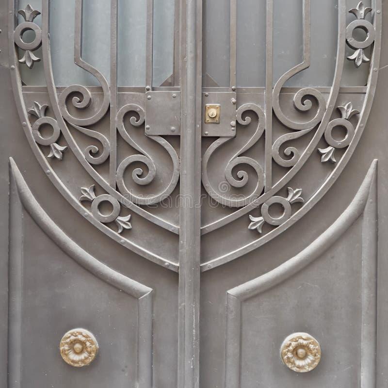Förfalskad dörrdetalj för tappning hus arkivbild