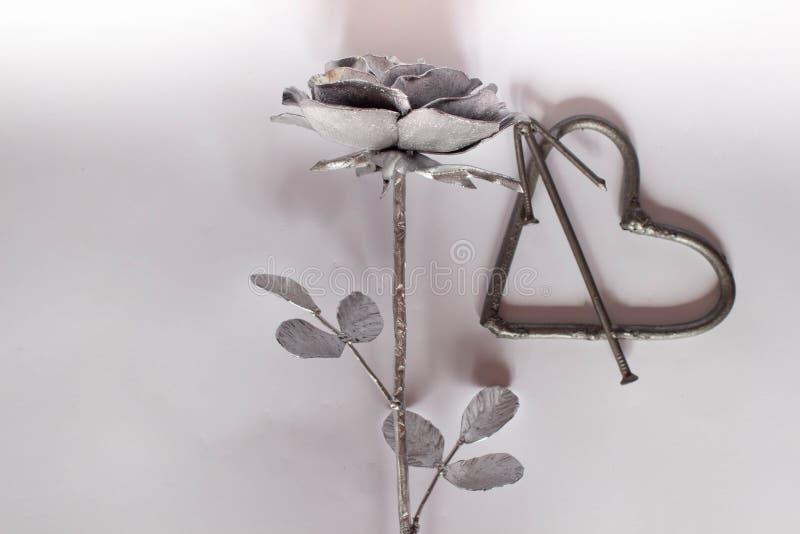 Förfalskad handgjord metall för hjärta spikar på en vit bakgrund Falsk ros och hjärta Lägenheten lägger, det minsta begreppet för stock illustrationer