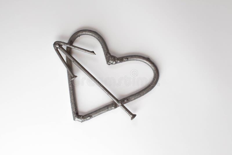 Förfalskad handgjord metall för hjärta spikar på en vit bakgrund Falsk ros och hjärta Lägenheten lägger, det minsta begreppet för vektor illustrationer