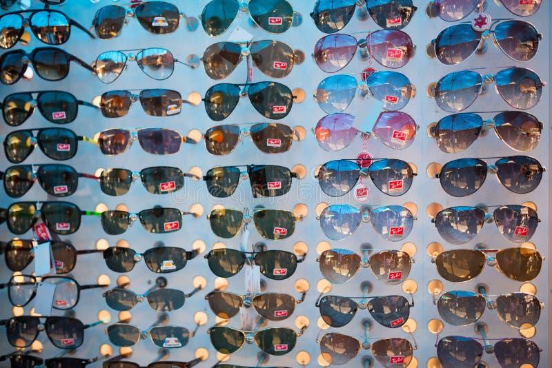Förfalskat gods av RayBan solglasögon i svart marknad royaltyfri fotografi