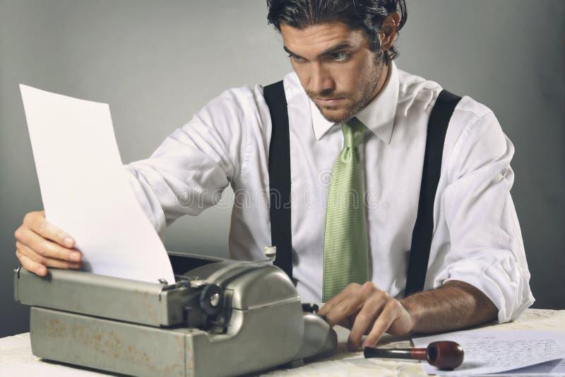Författare som fokuseras på hans brev arkivfoto